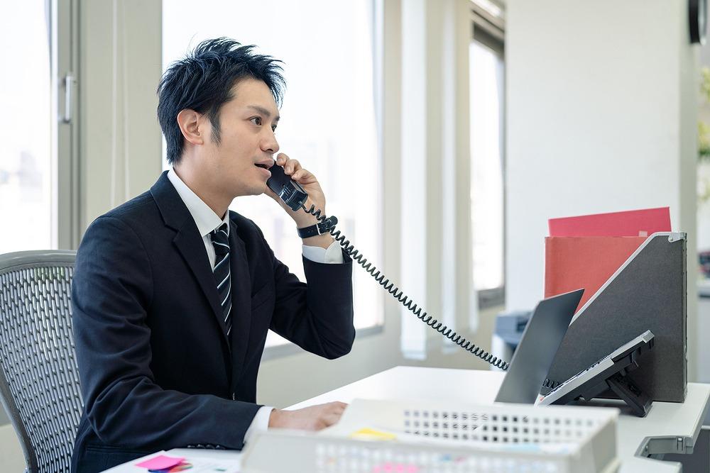 営業電話のテレアポをする男性