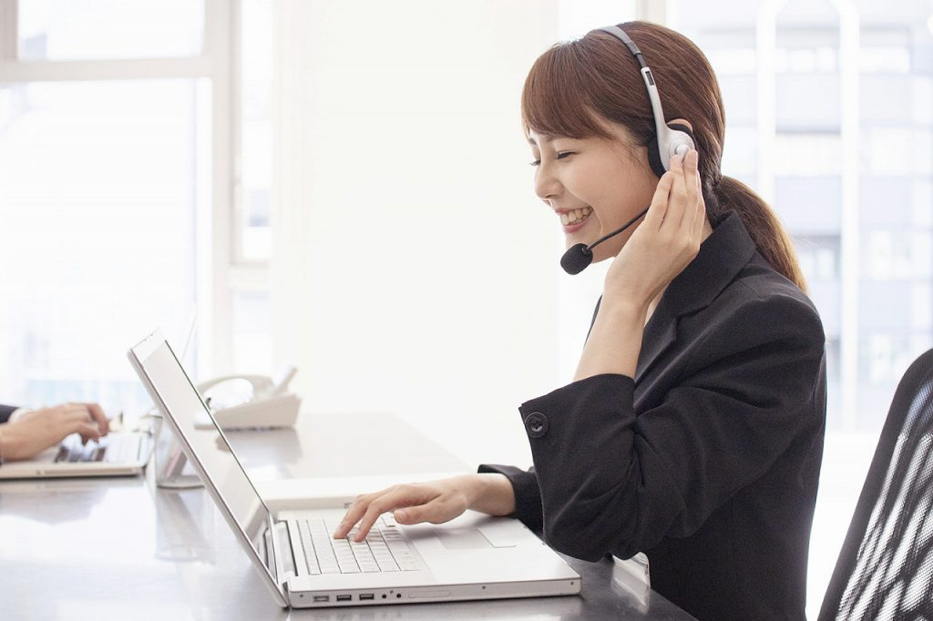 笑顔でオンラインのテレワークしている女性