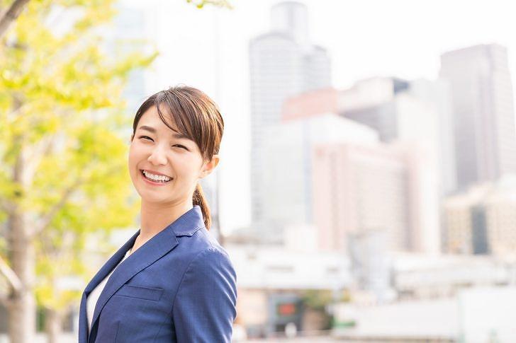 笑顔のスーツ女性