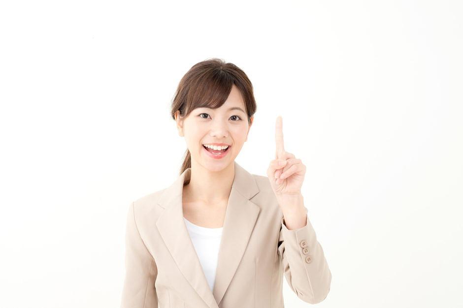 指を立ててポイントを解説する女性