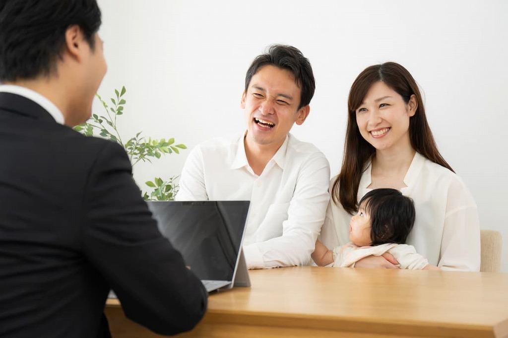 営業マンと笑顔の家族